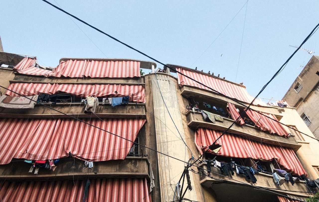 Gebäude mit rotweißrpten Sonnenschutzvorhängen