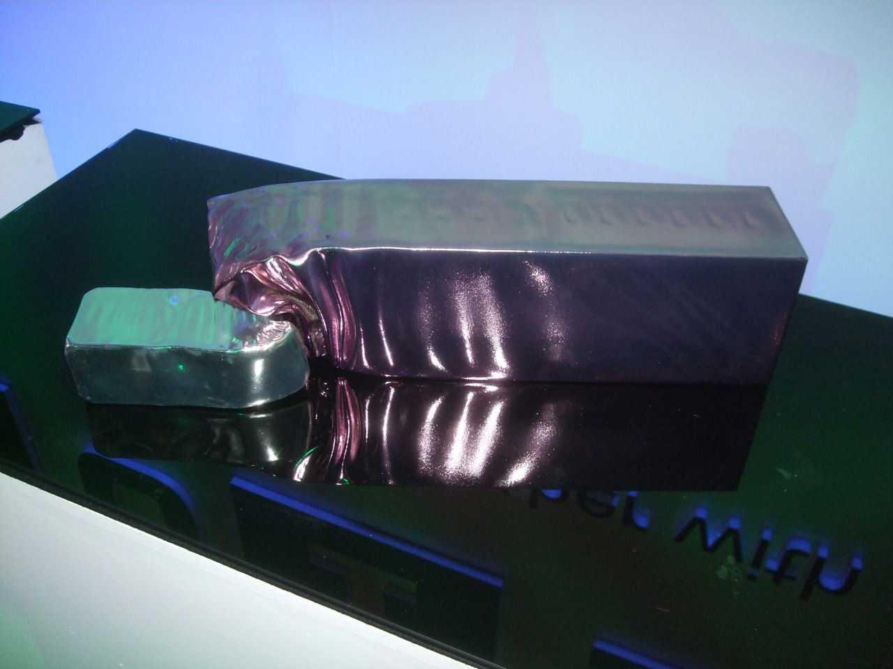 Eyal Gever lässt am Computer erstellte Simulationen etwa von Zusammenstößen von Gegenständen, Explosionen oder Tsunami-Wellen per 3D-Druck nachbilden.