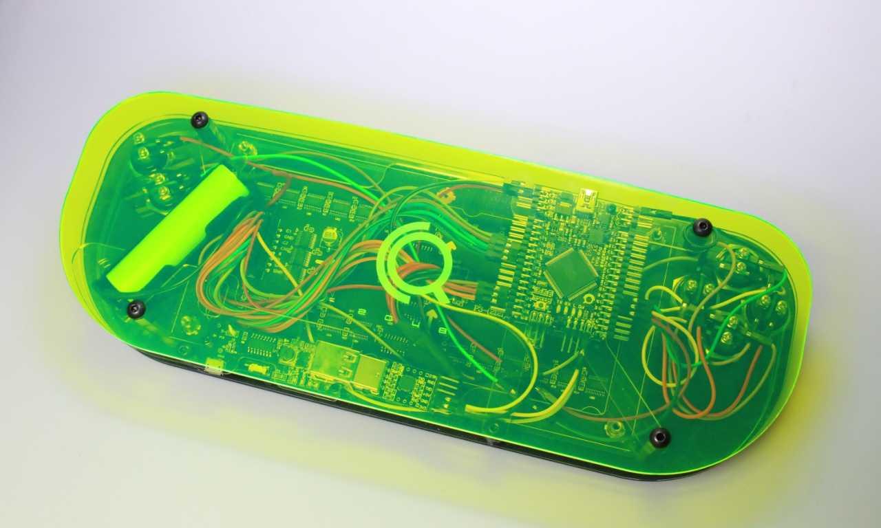 Die Creoqode von unten: über elektronischen Bauteilen ist gelb-transparentes Plastik angebracht