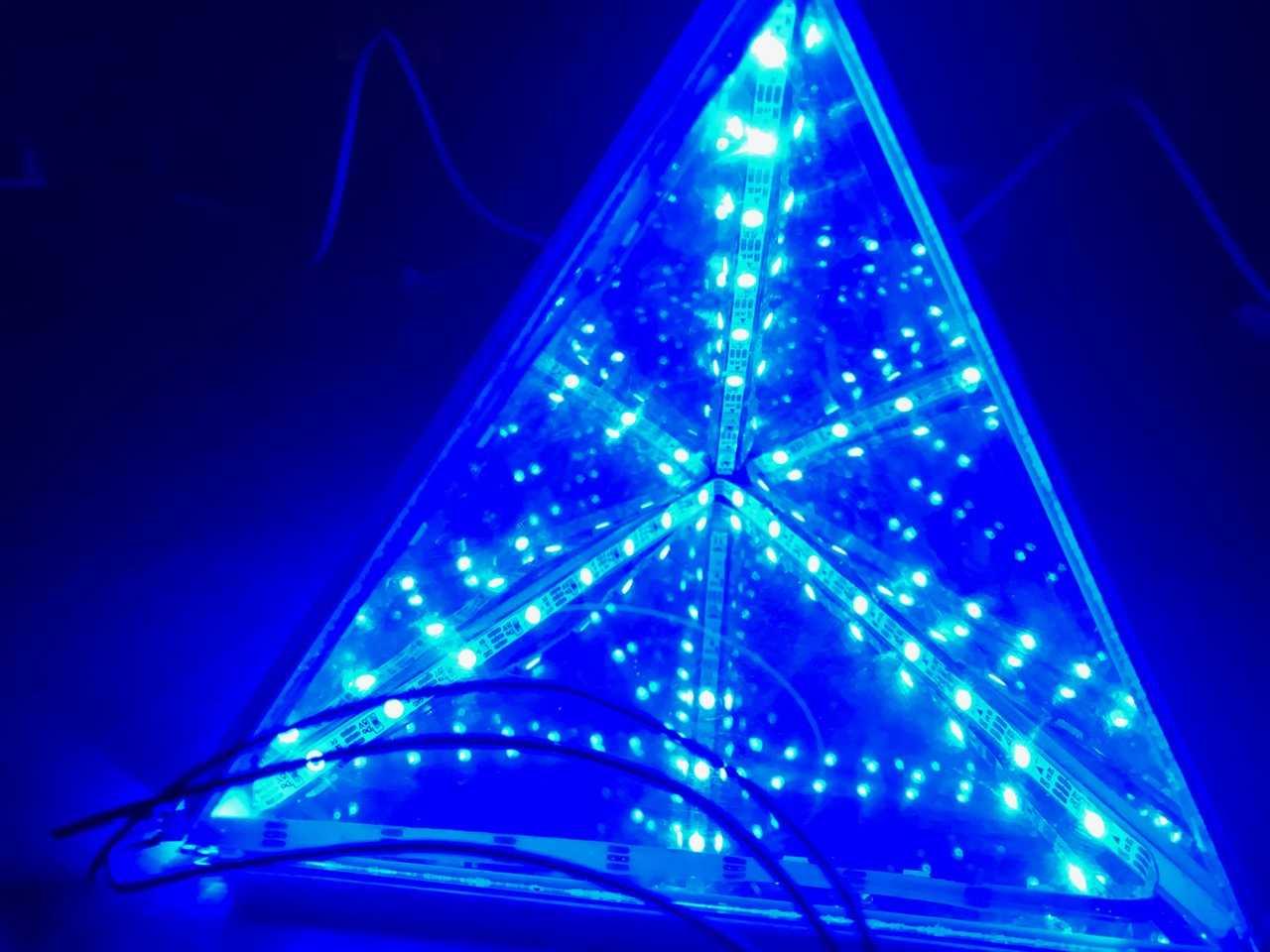 Blick in eine Pyramide: Durch transparente Seiten sieht man auf unendliche LED-Spiegelungen.