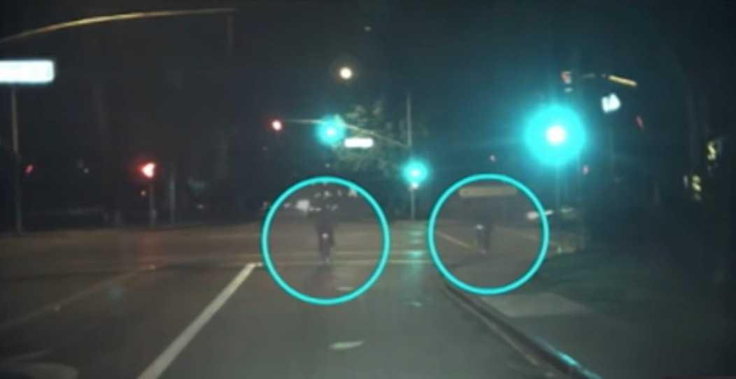 Während links ein Radfahrer die Spur wechselt, kommt von rechts unvermittelt ein weiterer Radfahrer. Googles Auto soll sich darauf eingestellt haben können.