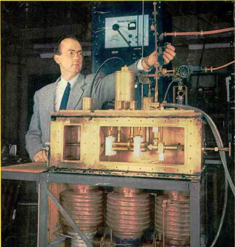 Charles H. Townes mit dem Prototypen seines Ammonik-Masers