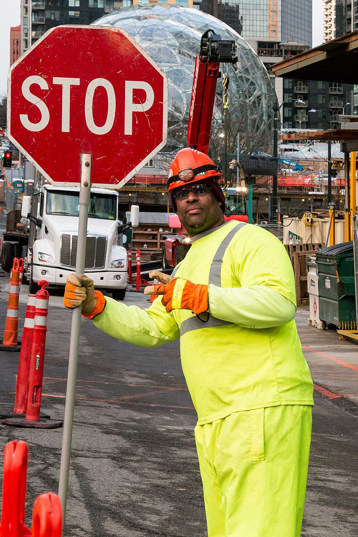 Baustellenarbeiter mit mobiler STOP-Tafel