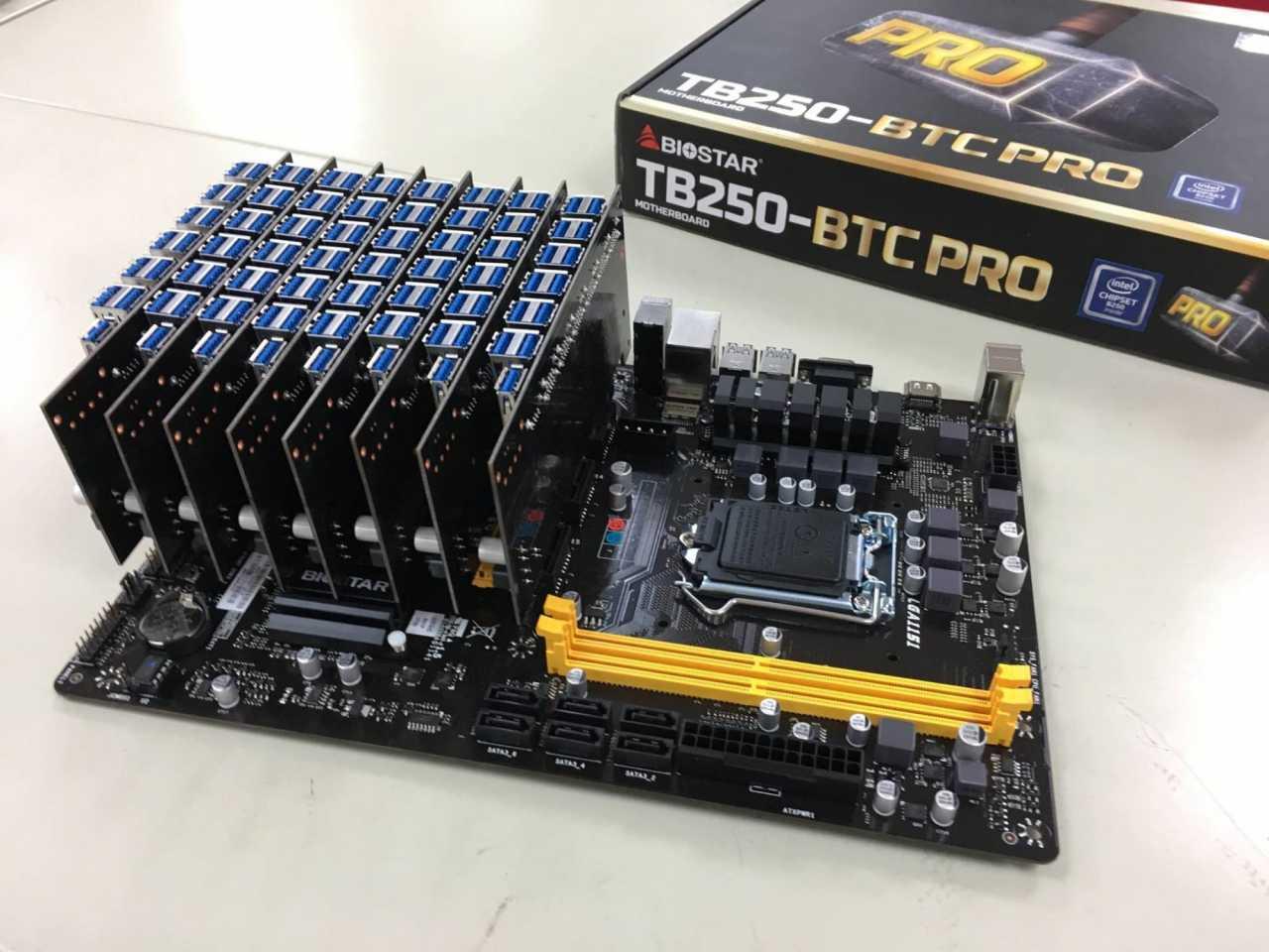 Biostar-Mainboard TB250-BTC PRO mit Riserkarten.