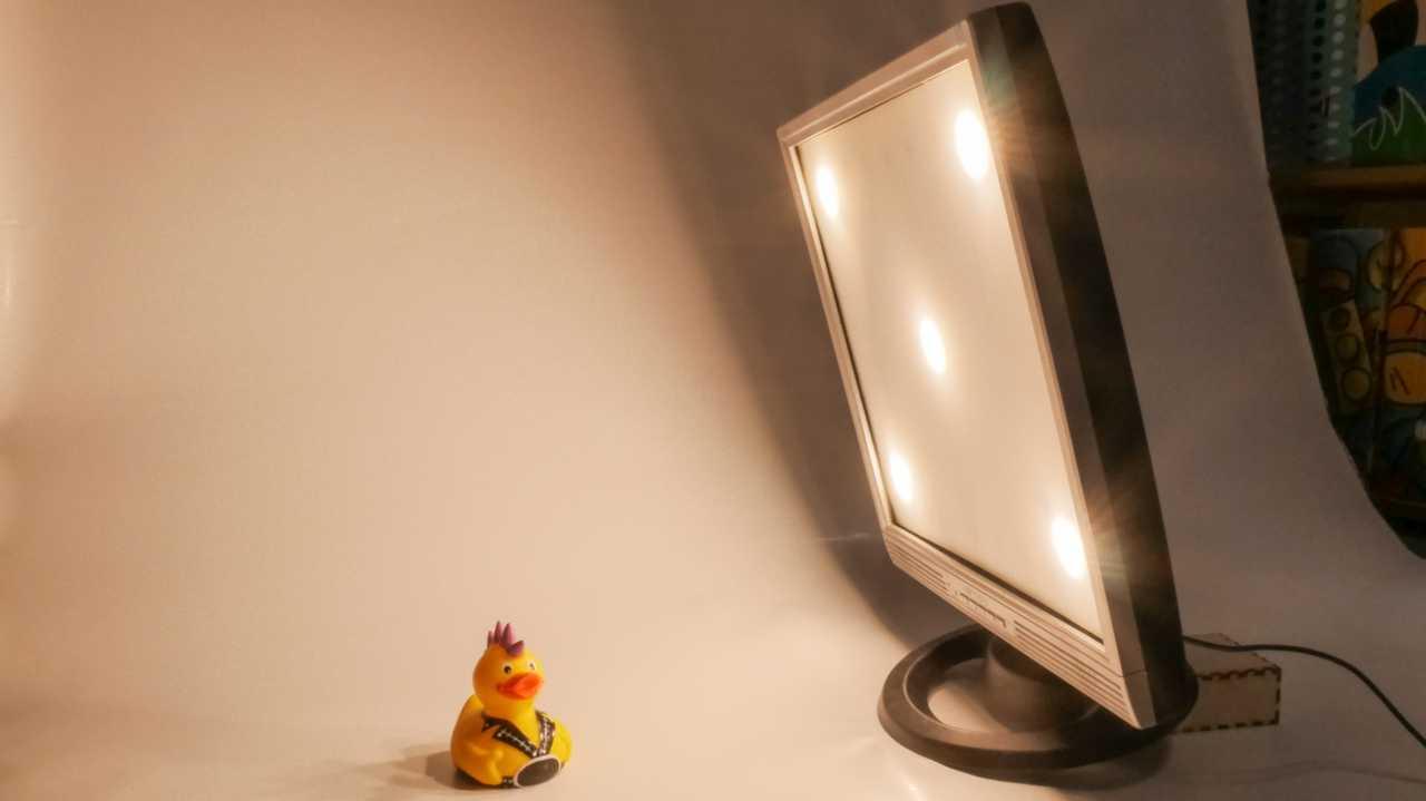 Ein Quietscheentchen vor einem Monitor mit fünf leuchtenden LED-Scheiben