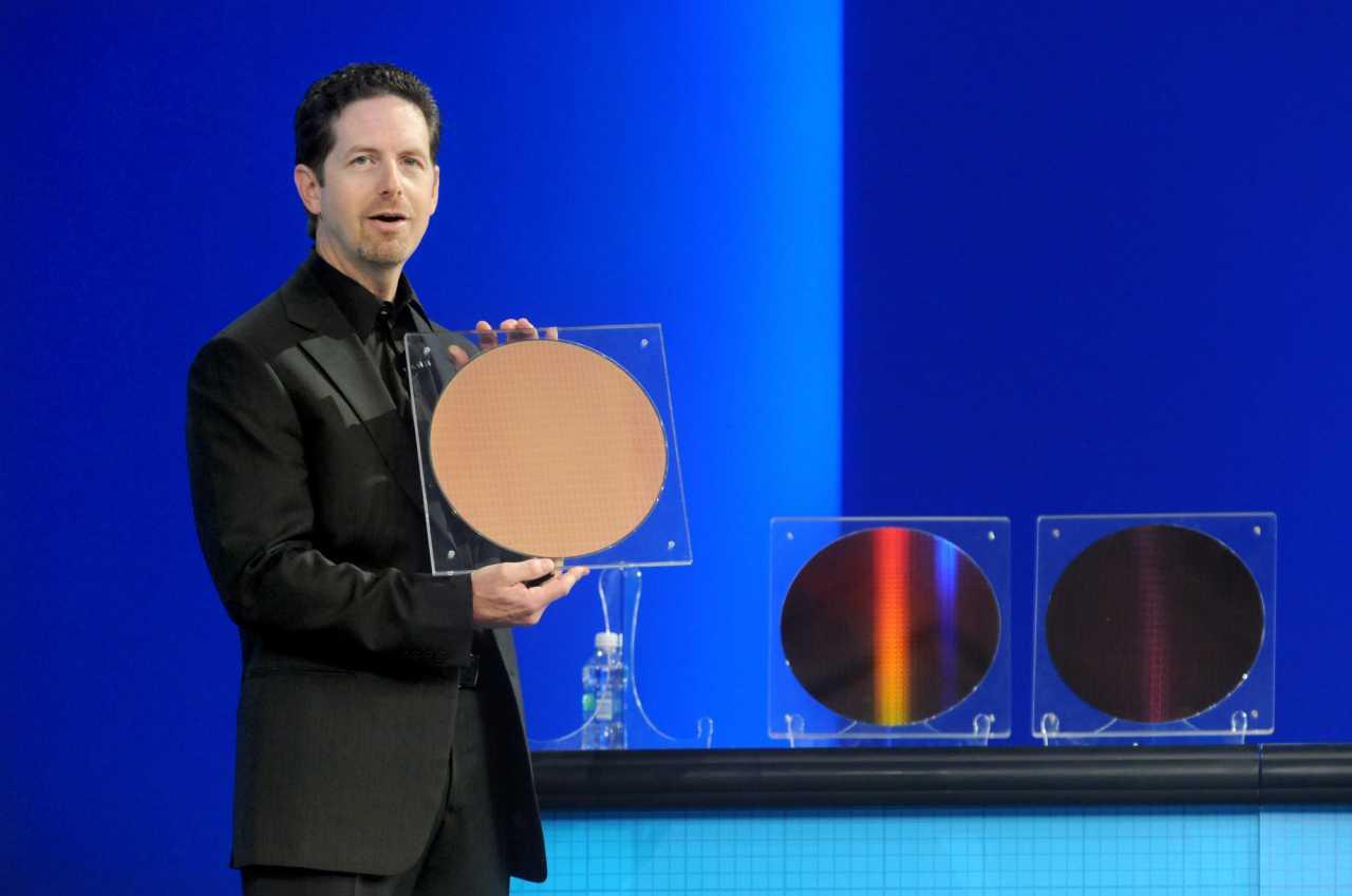 Doug Davis, General Manager von Intels Embedded and Communications Group, stellt den Atom E600 vor
