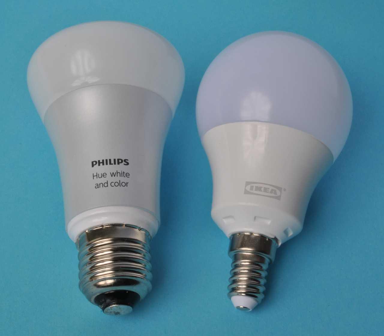 Links eine Philips Hue white and color, rechts eine Ikea Tradfri Lampe