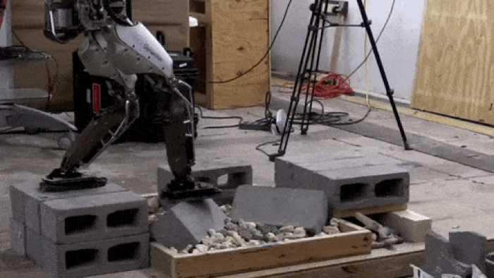 Ein Roboter, der wie ein Mensch geht