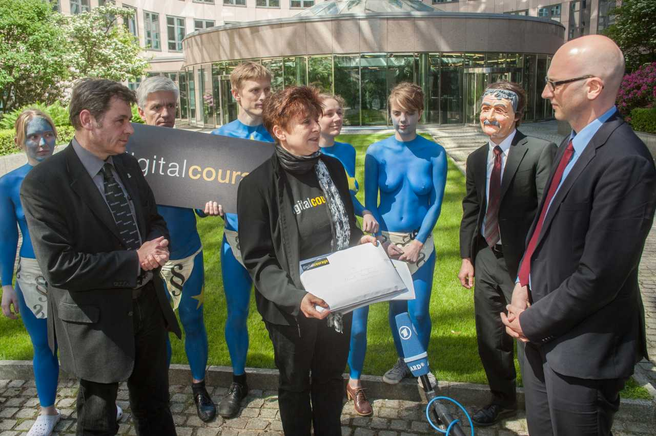 Rena Tangens (vorne mitte) und padeluun (vorne links) von Digitalcourage übergeben Dr. Rainer Stentzel (vorne rechts) vom Bundesinnenministerium einen Offenen Brief mit Protest-Unterschriften zur EU-Datenschutzgrundverordnung (2013)