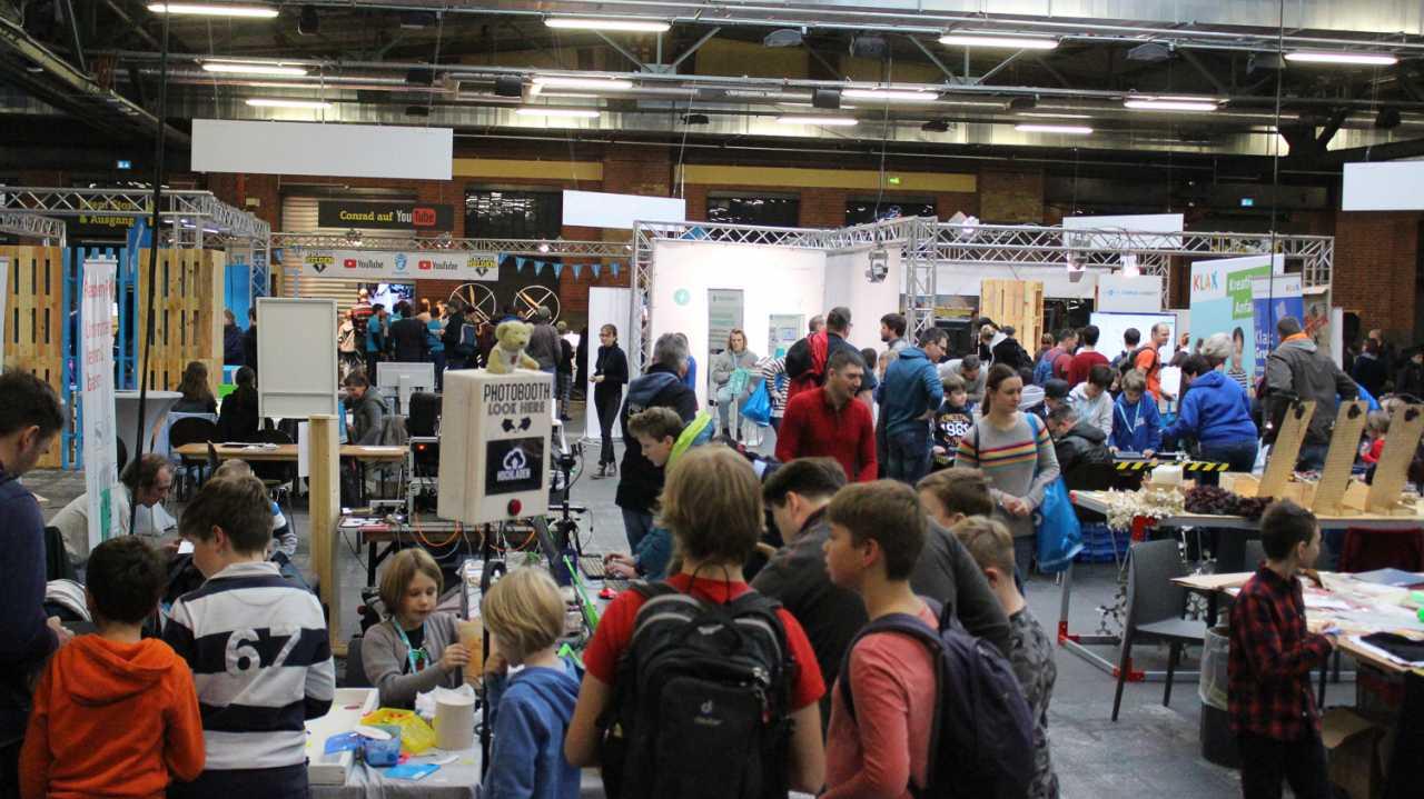 Menschen auf der Mini Maker Faire von Conrad