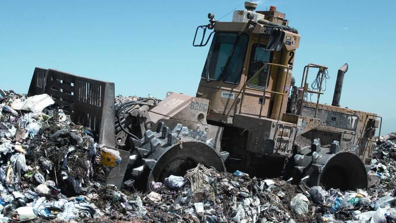 Bagger auf Müllhalde