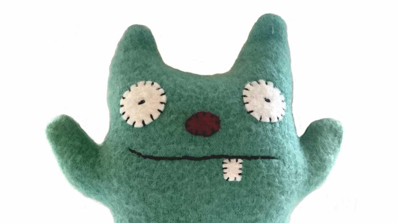 Ein grüner Oberkörper eines Plüschmonsters