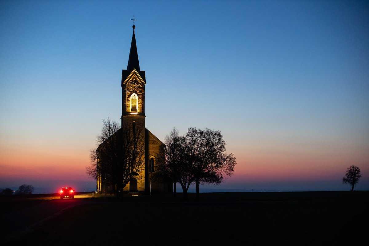 Kirche in Winterlandschaft