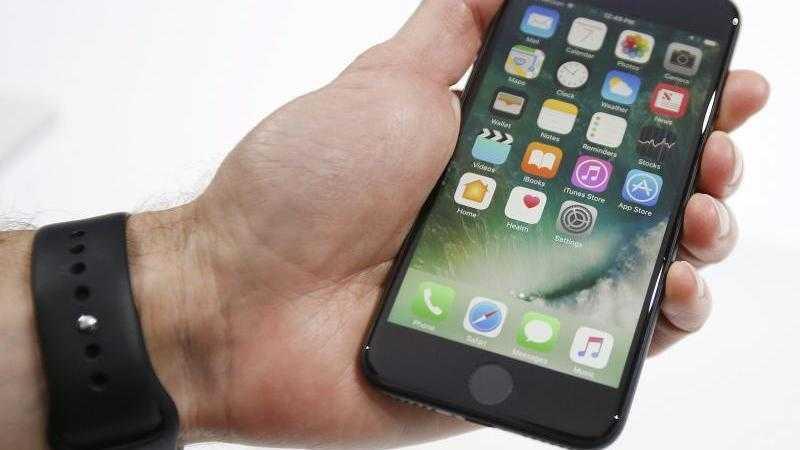 iPhone 7 in der Hand