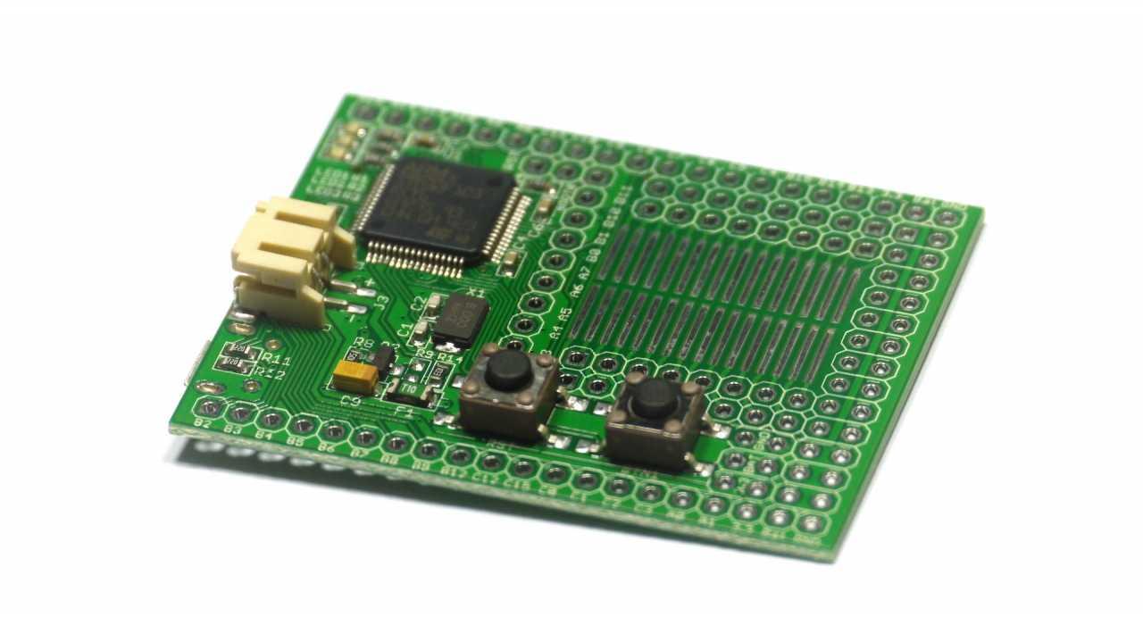 Grünes Board vor weißem Hintergrund.