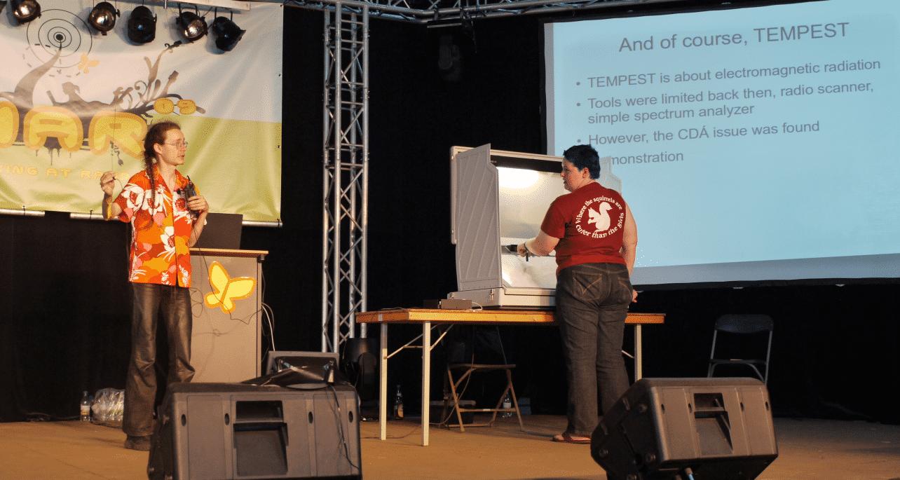 Auf der HAR 2009, im bunten Hemd Andreas Bogk vom CCC