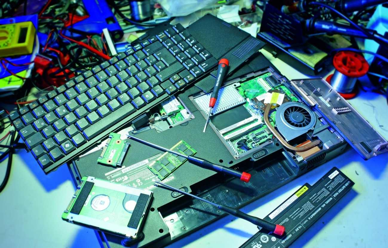 Manche Notebooks muss man praktisch komplett zerlegen, bis man ans Kühlsystem gelangt – das sollten besser nur Fachleute erledigen.