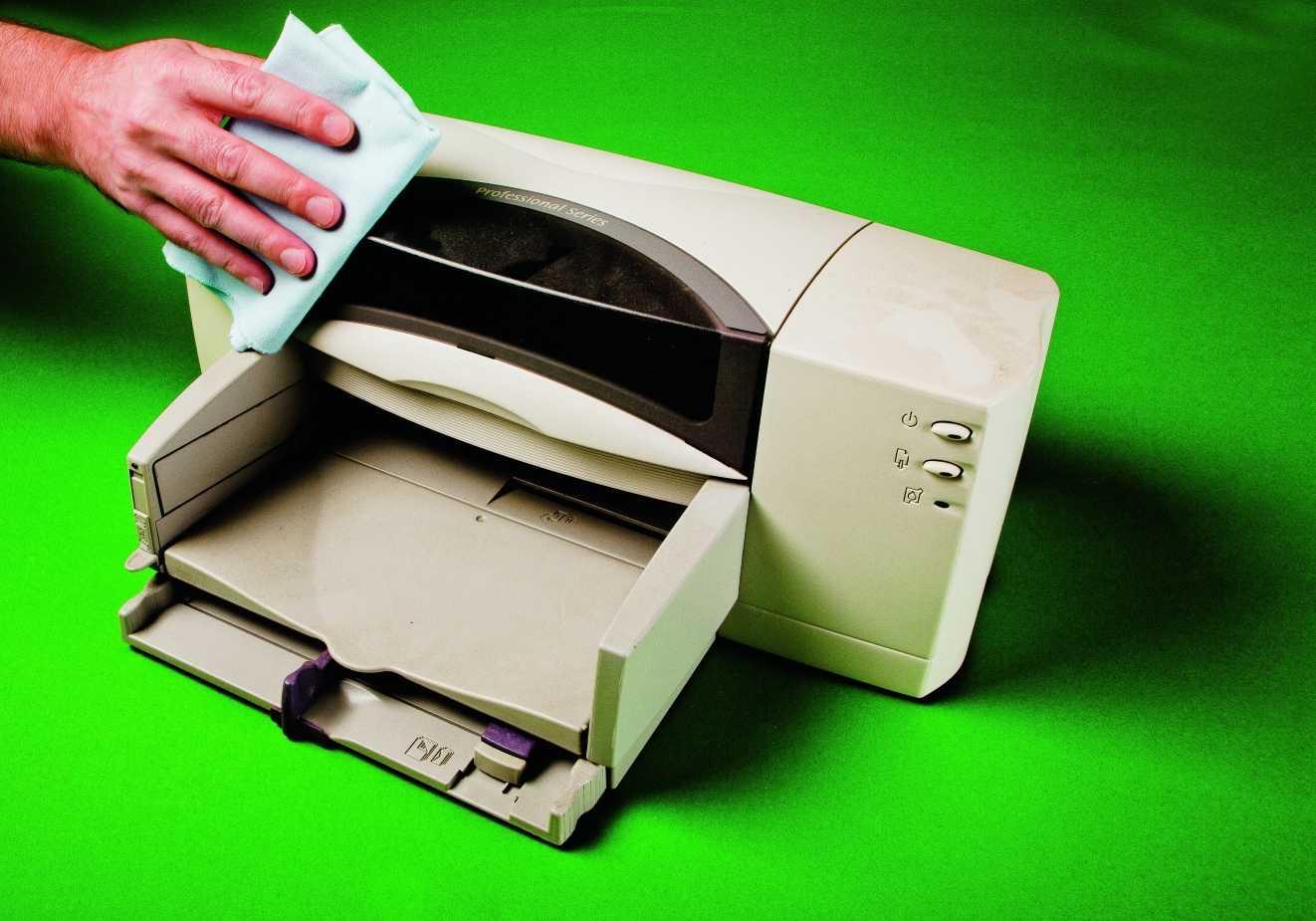 Bei so alten Schätzchen wie dem hier gezeigten HP-Drucker kann man zum Reinigen an vielen Stellen noch selbst Hand anlegen.