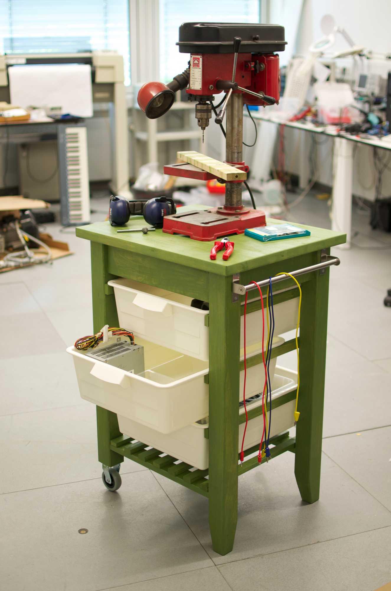 Ikea-Hacker halten sich nicht an die Anleitung und bedienen sich im Möbelhaus wie in einem Baumarkt. Diese Werkbank war eigentlich ein Servierwagen.