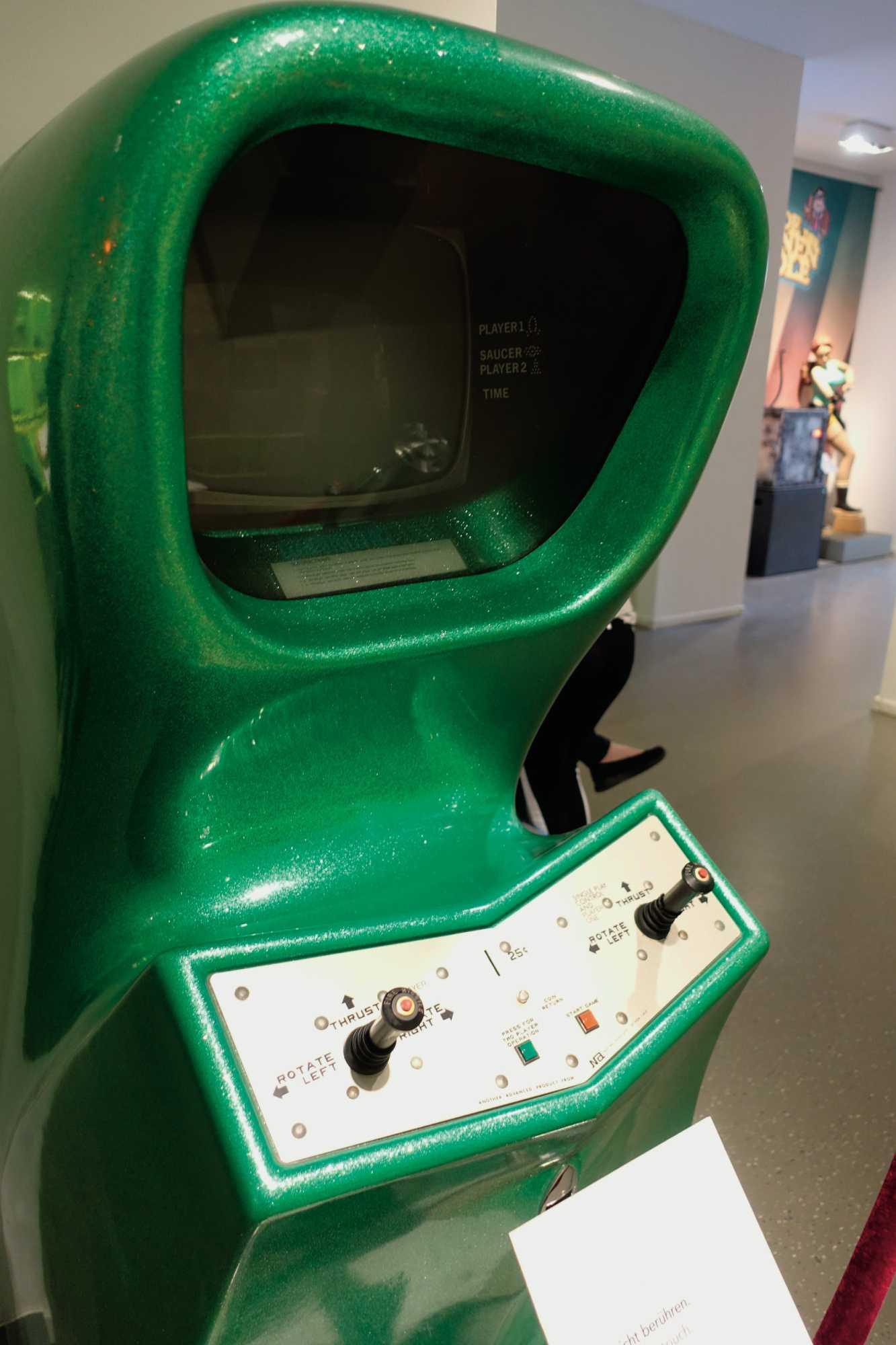 """Grün und spacig kommt der """"Computer Space""""-Arcade-Automat im Computerspielemuseum daher."""