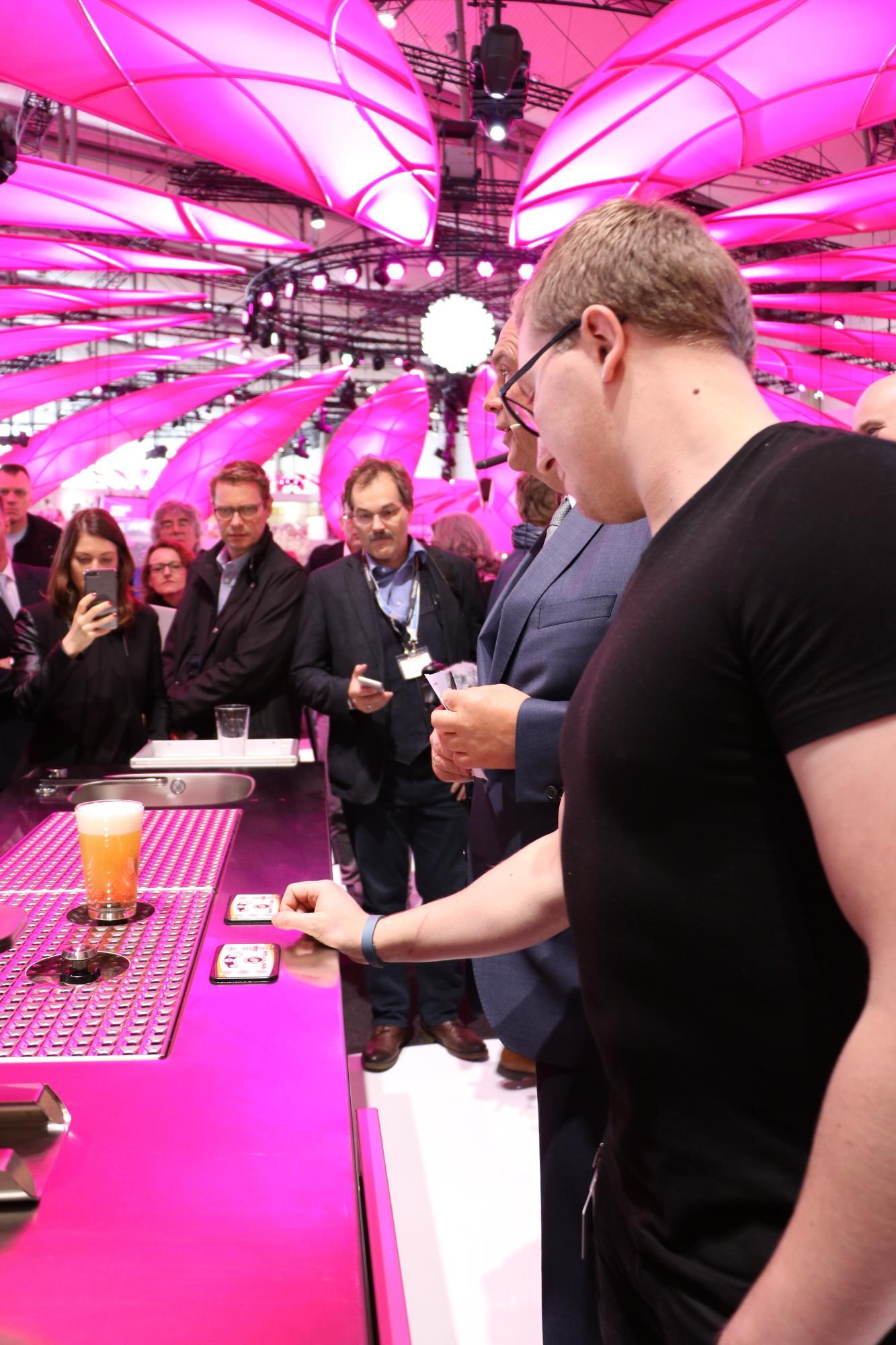Telekom auf der CeBIT: Smart Parken und Bier trinken