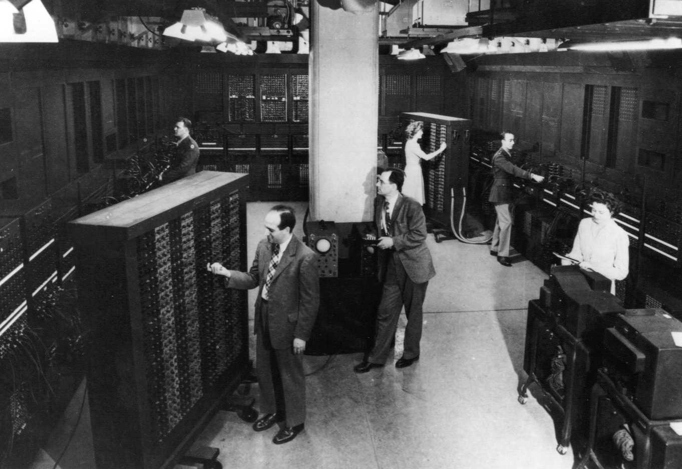 Nein, nicht die Brücke eines Star Trek - Vorläufers, sondern der ENIAC-Computer in voller Ausdehnung. Bedient (von links) durch Unbekannt, J. Presper Eckert, Dr. John Mauchly, Jean Jennings Bartik, Lt. Herman Goldstine, Ruth Lichterman Teitelbaum