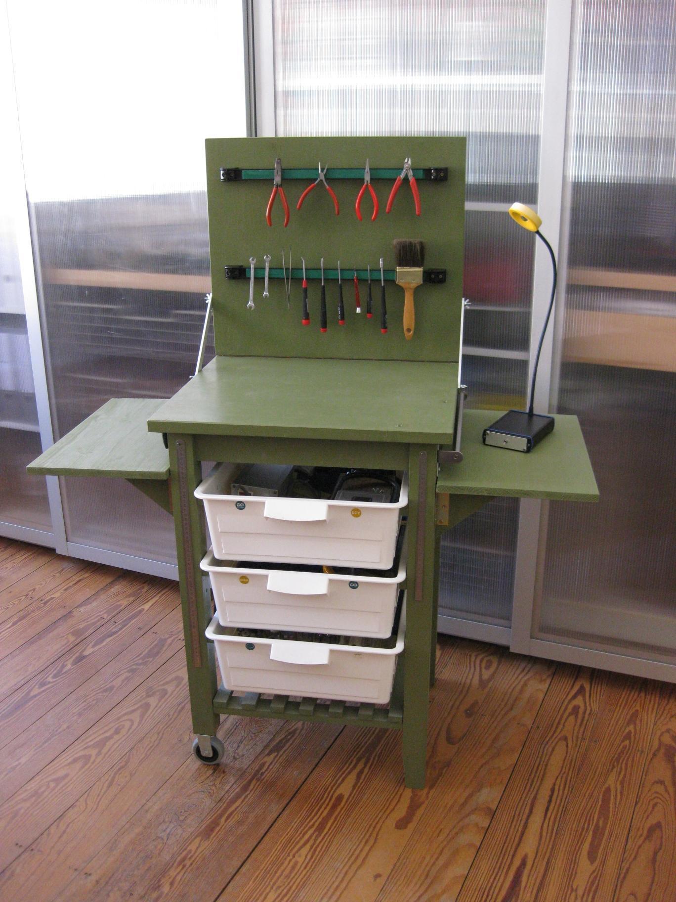 Eine grüne Holzbank mit vielem Werkzeug