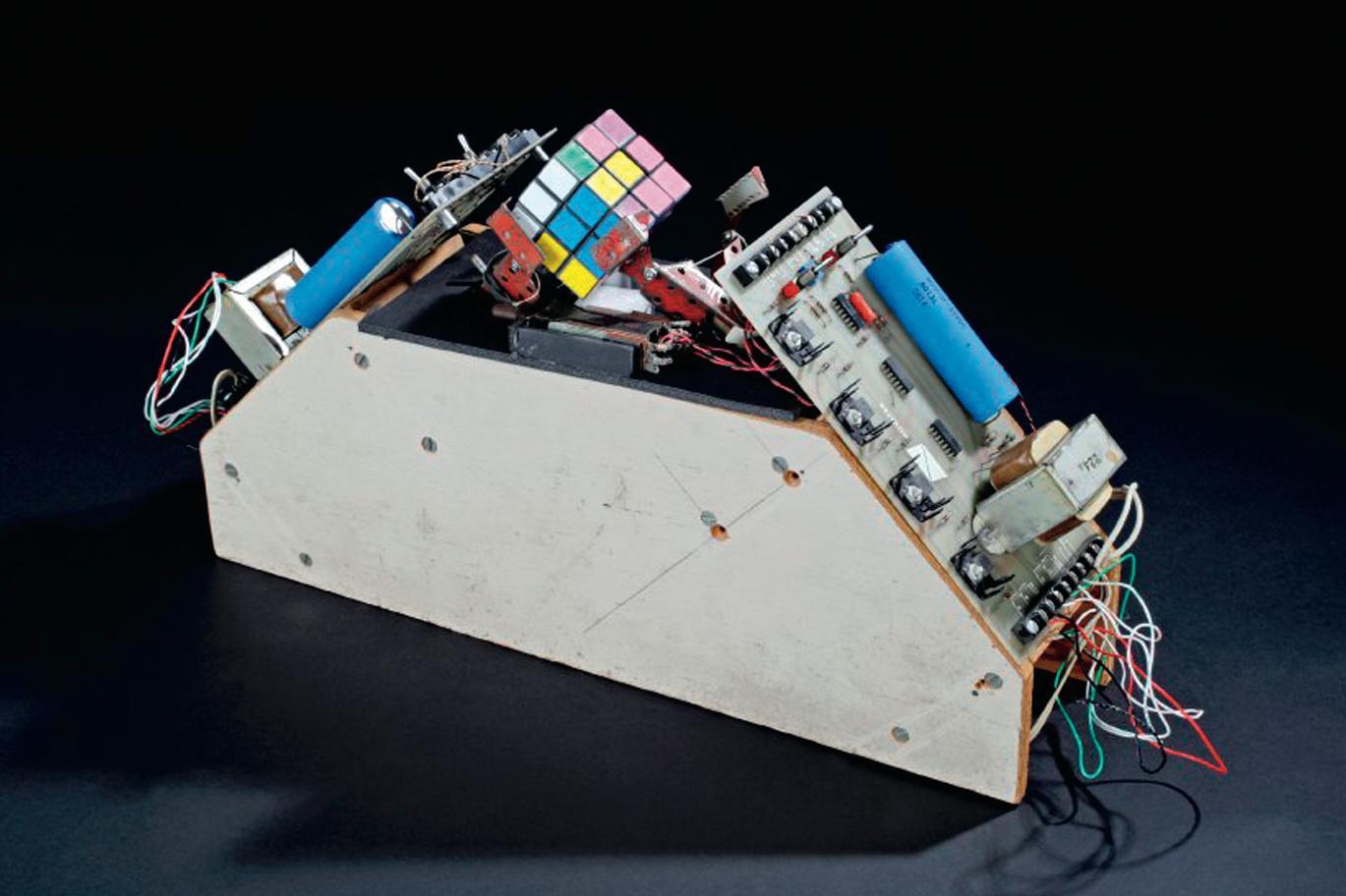 Spätwerk:  Claude Shannons  Rubik-Würfel-Roboter aus dem Jahre 1981.
