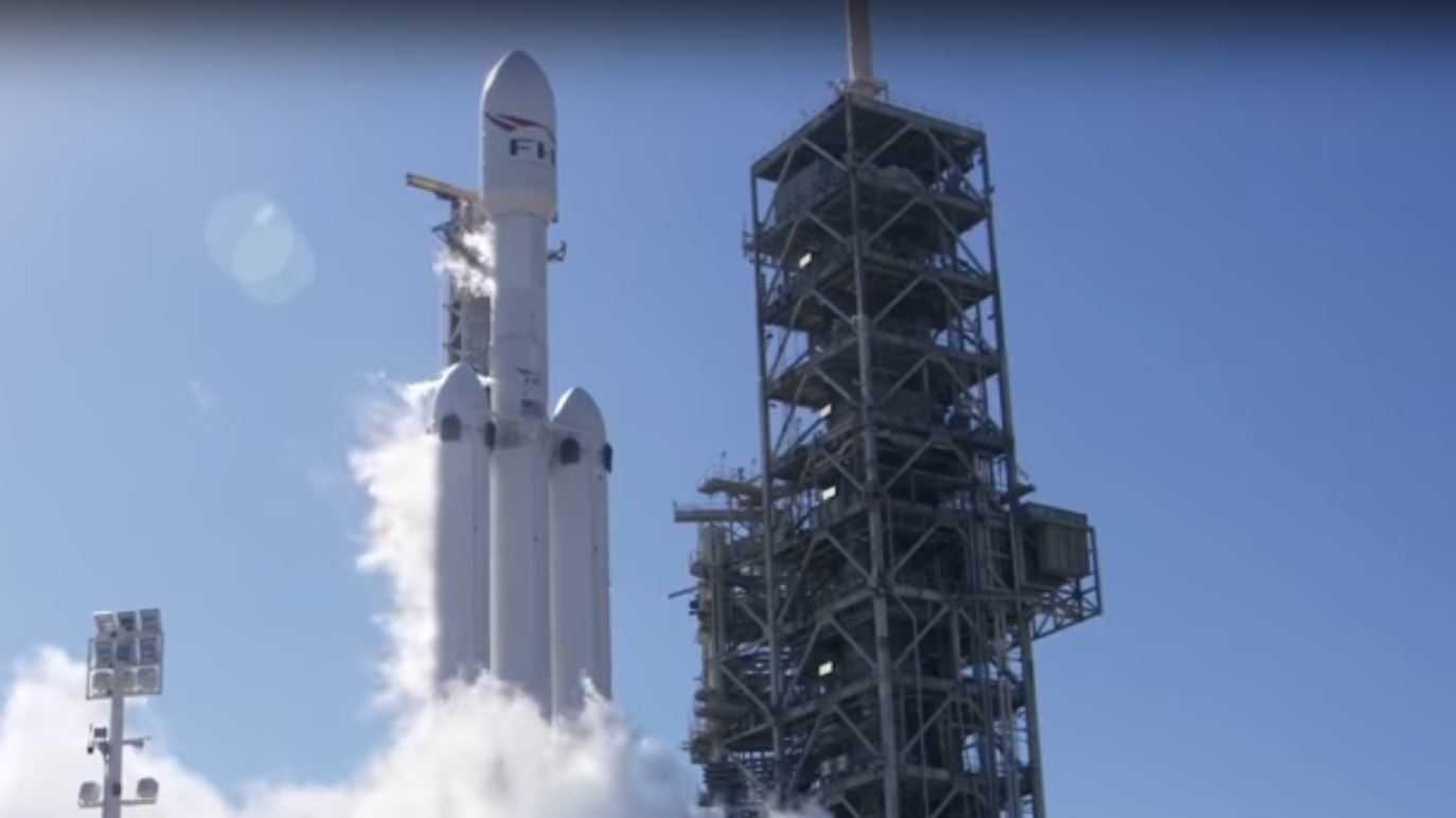 SpaceX: Statischer Feuertest der Falcon Heavy Trägerrakete abgeschlossen