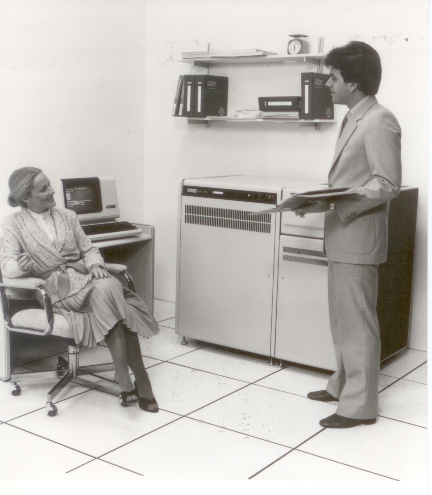 """Eine Vax 11/750, von DEC als Rechner für """"weibliche Entscheider"""" beworben. Nix von wegen Nix Entscheiderinnen ... """"Der Richtpreis für eine Eintrittsversion mit einem 512 KByte-Speicher und zwei 28 Mbyte-Plattenlaufwerken beträgt 237.000 DM."""""""
