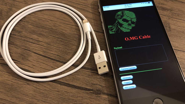 Weißes Kabel neben Smartphone mit geöffneter Webseite.