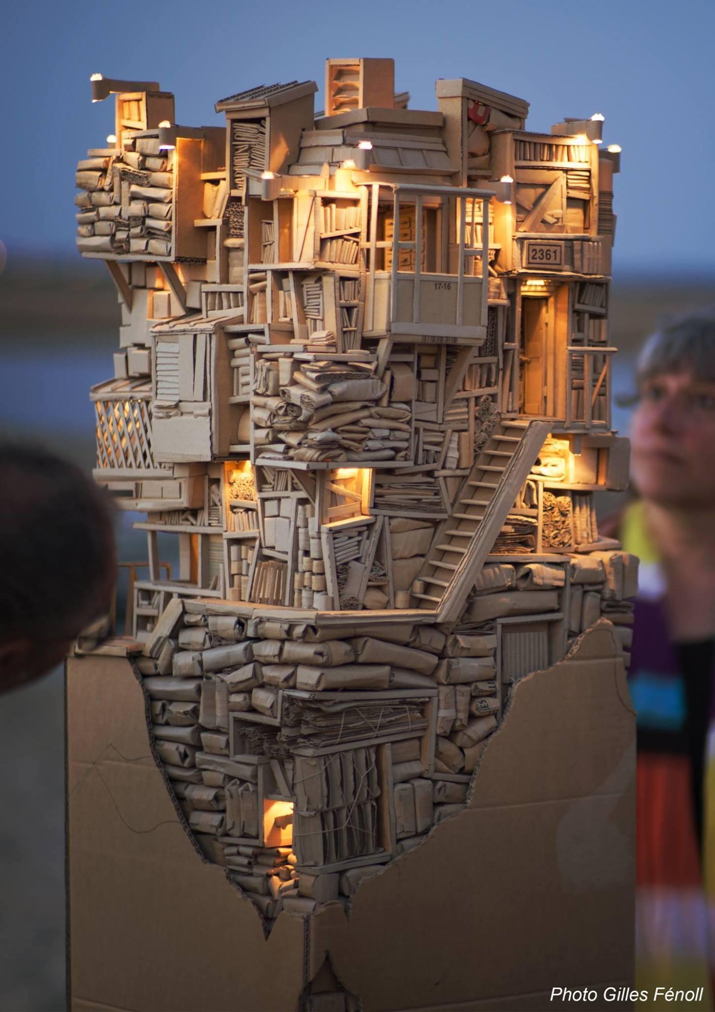 Le monolithe en carton