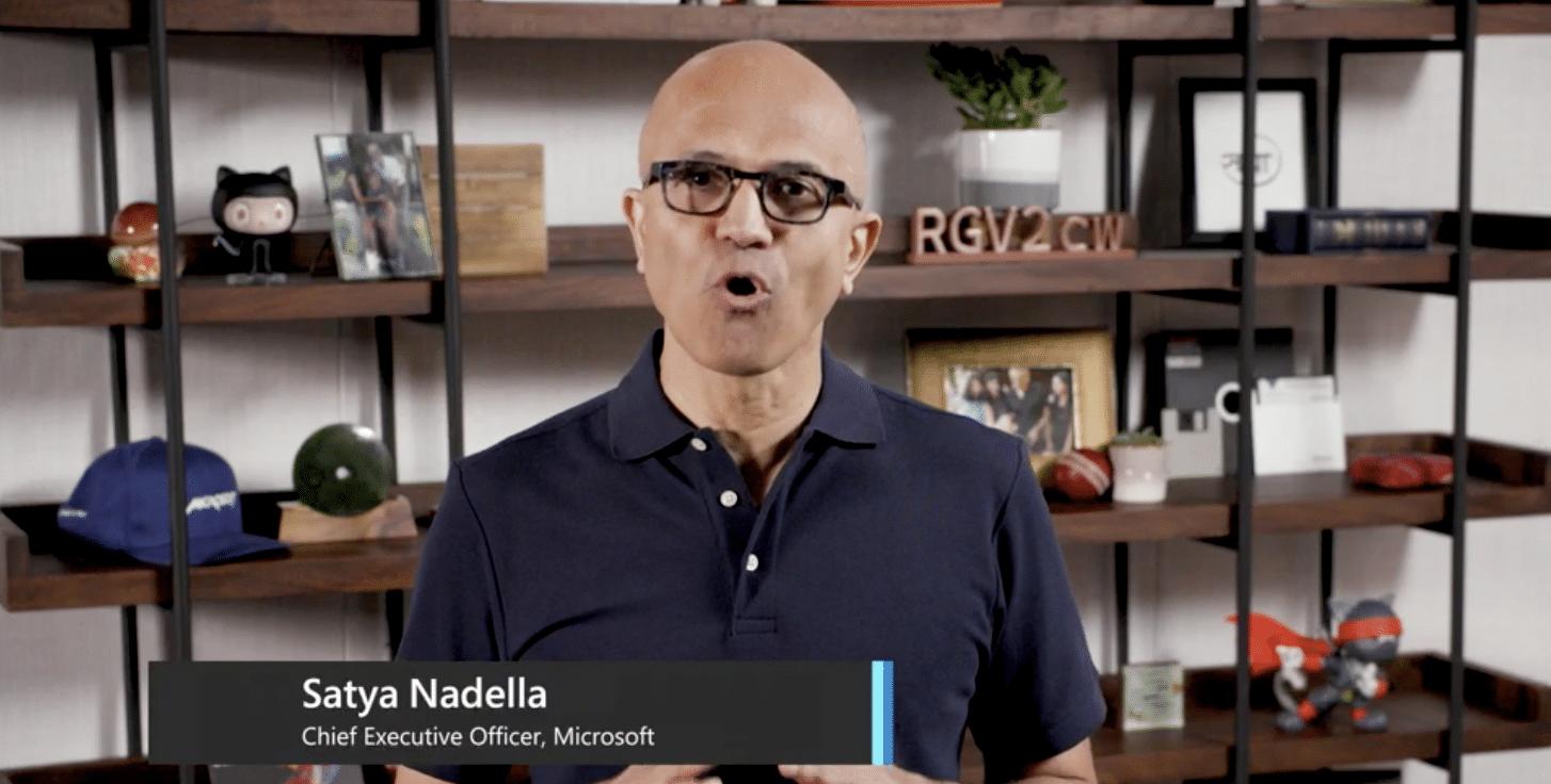 Microsoft-CEO Satya Nadella hält die Eröffnungs-Keynote der Konferenz mit Wohnzimmer-Optik im Hintergrund.