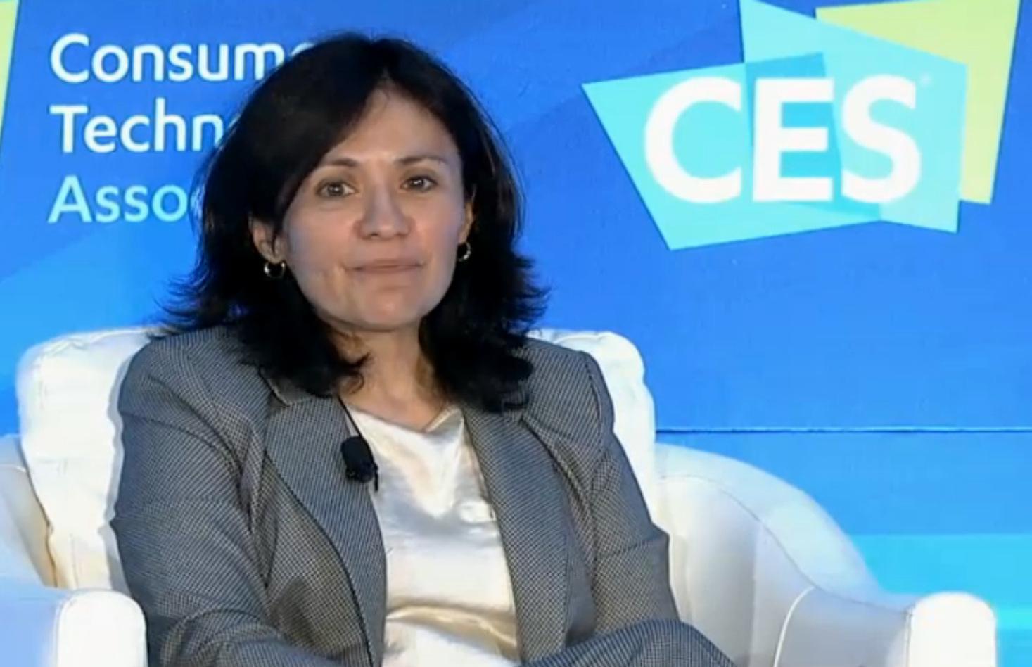 Edith Ramirez, sitzend