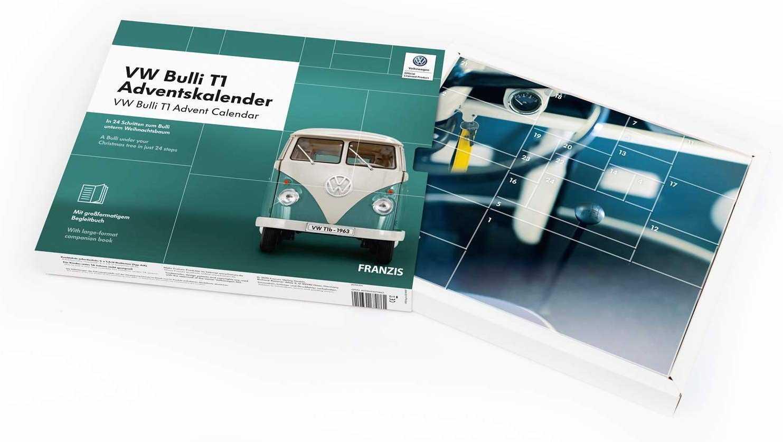 Eine Adventskalender-Verpackung mit VW-Bulli von vorn, sowie die Rückseite mit einer Nahaufnahme aus dem Cockpit.