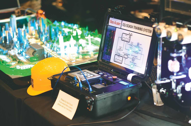 """""""Hackt unsere Stadt"""": Im ICS-Village konnten Besucher der DEF CON versuchen, eine simulierte, vernetzte Smart City zu kapern."""