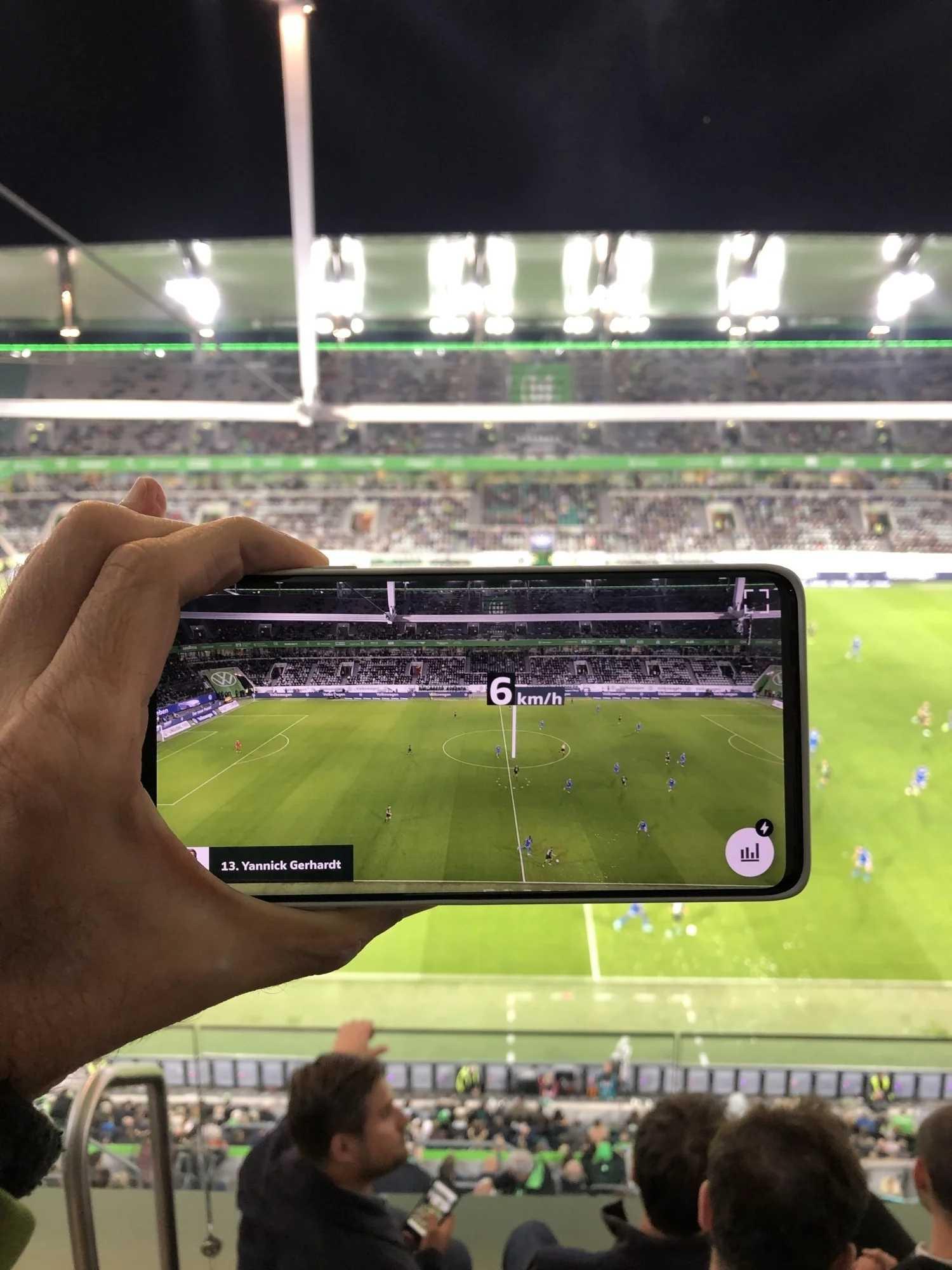 Mit 5G-Datenübertragung in den Stadien und niedrigen Latenzen in den Video-Codecs – damit sollen Fans im Stadion Zusatzinformationen live als Augmented Reality auf dem Smartphone abrufen können.