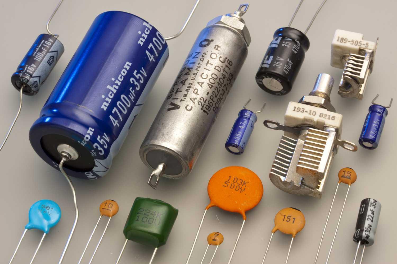 Verschiedene Varianten von Kondensatoren. Die dosenartigen sind Elektrolytkondensatoren, die man mit der richtigen Polung einbauen sollte