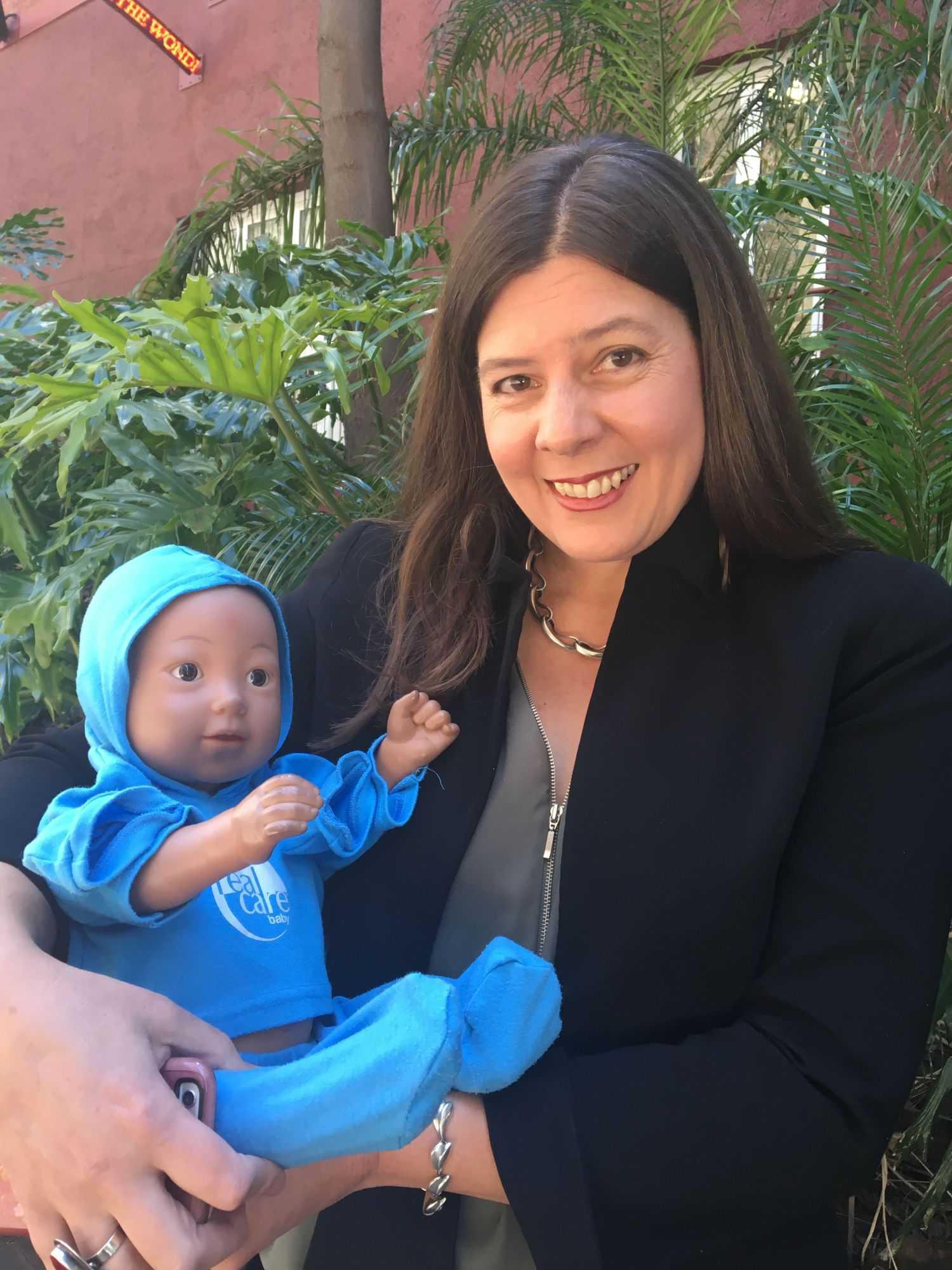 Sally Brinkman mit Roboterbaby