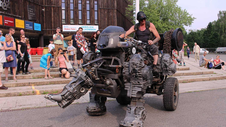Maker Faire Berlin 2018: D1zzy, das feuerspeiende Nashorn aus Elektroschrott