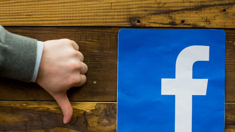 Daumen nach unten neben Facebook-Logo