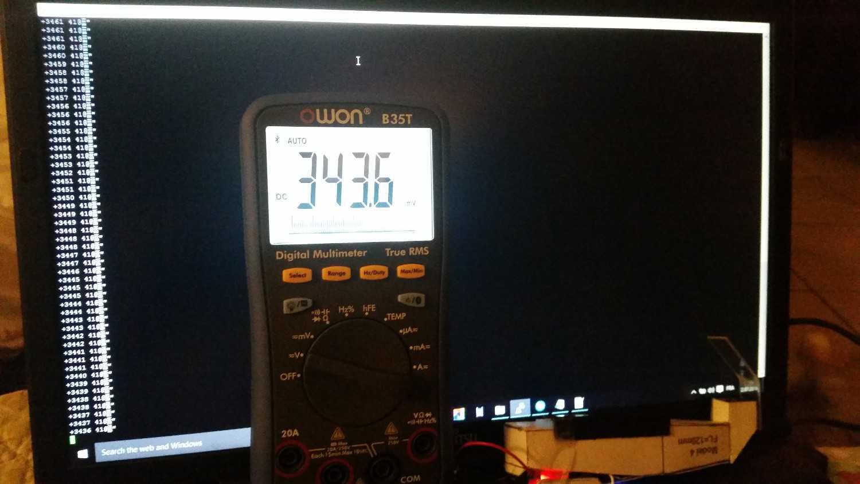 Monitor, davor ein Multimeter.