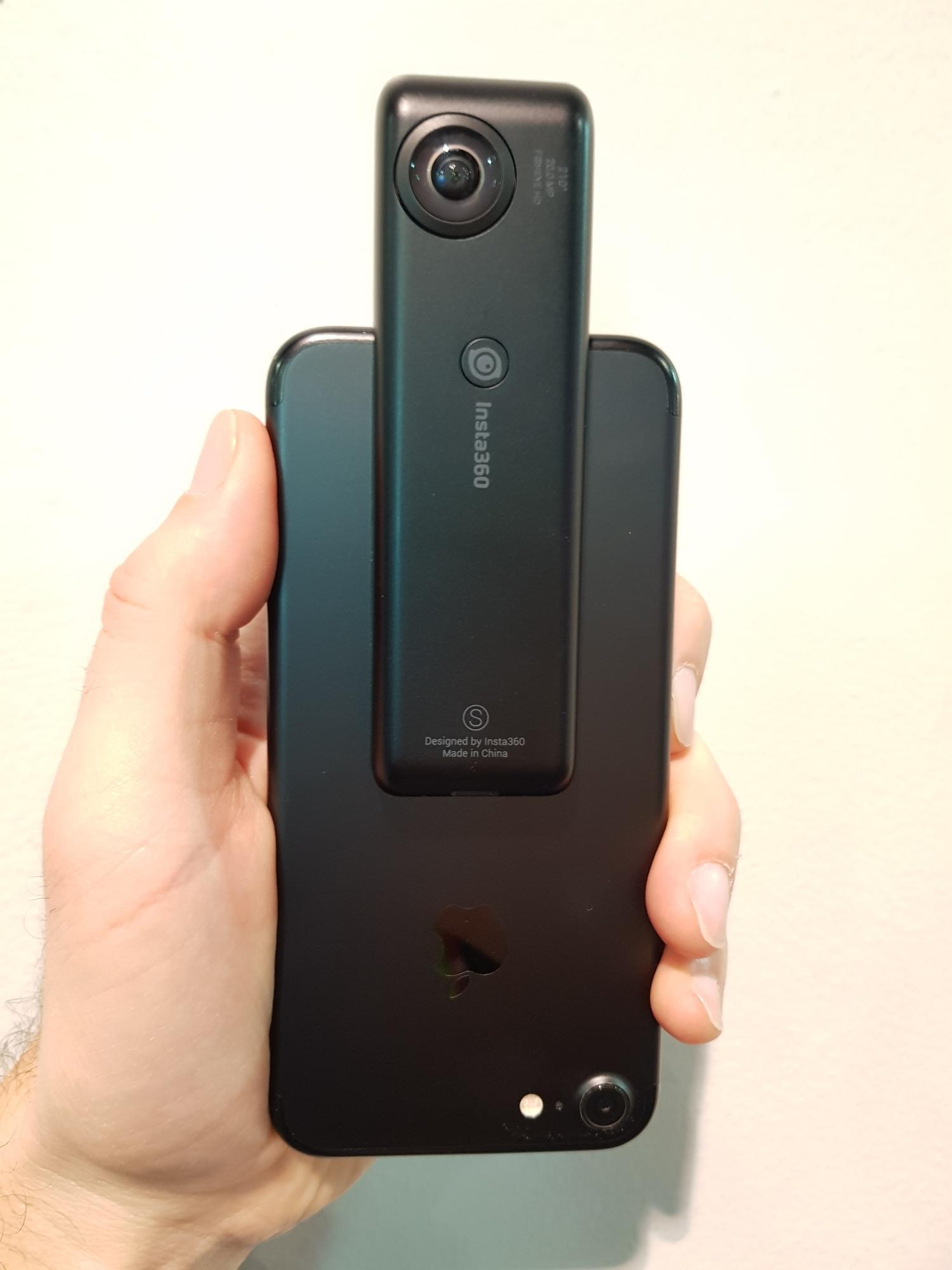 Über die Lightning-Schnittstelle wird die Kamera mit dem iPhone verbunden.