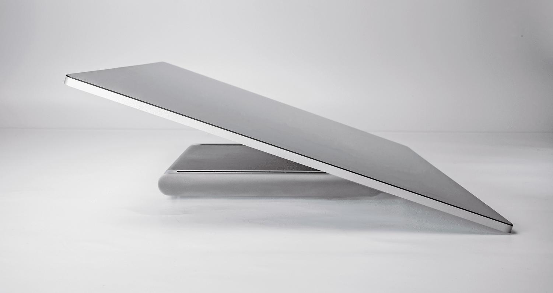 Das Display lässt sich herunterfalten, sodass es im Winkel von 20 Grad liegt. Dann wird das Surface Studio zum stationären Tablet im Riesenformat oder zur Mal- und Zeichenfläche.