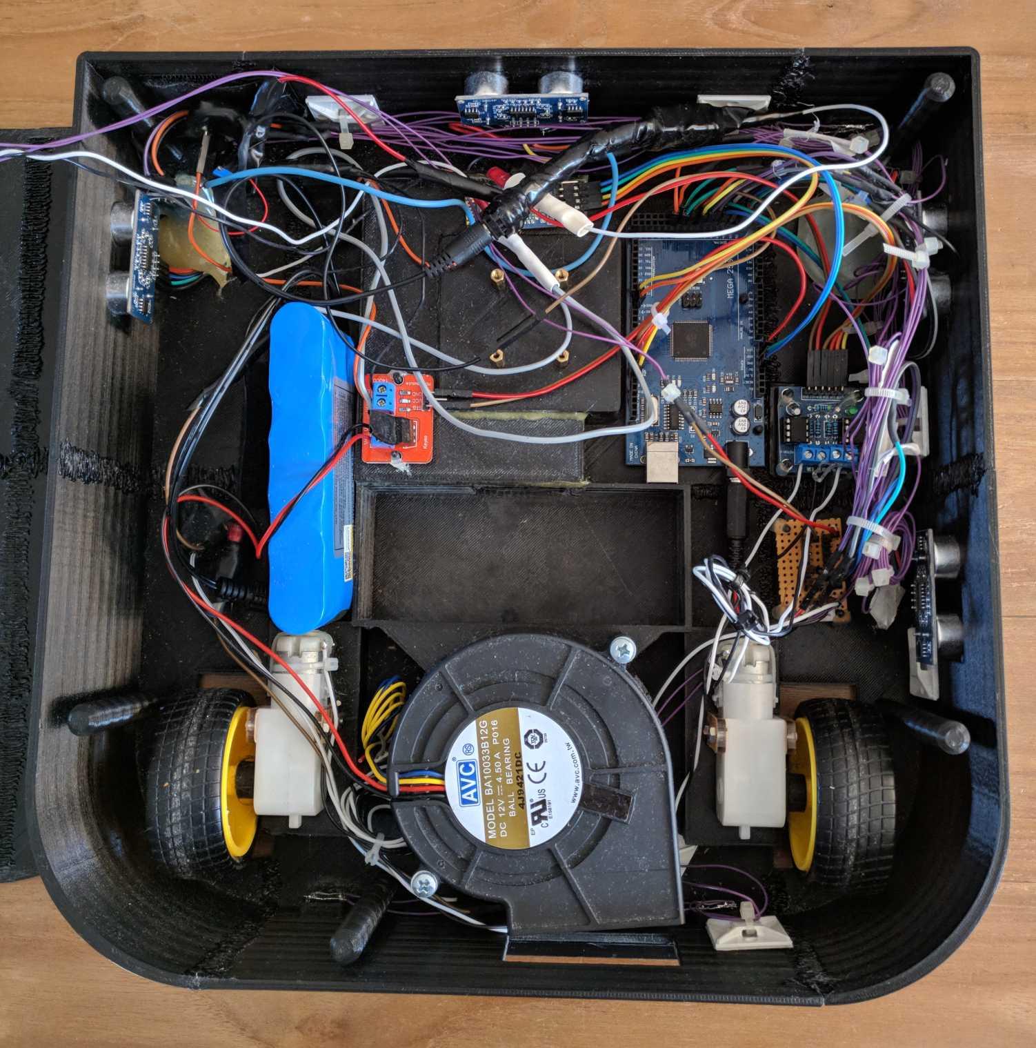 In einem schwarzen Kasten sind viele Kabel und Elektronikteile verbaut.