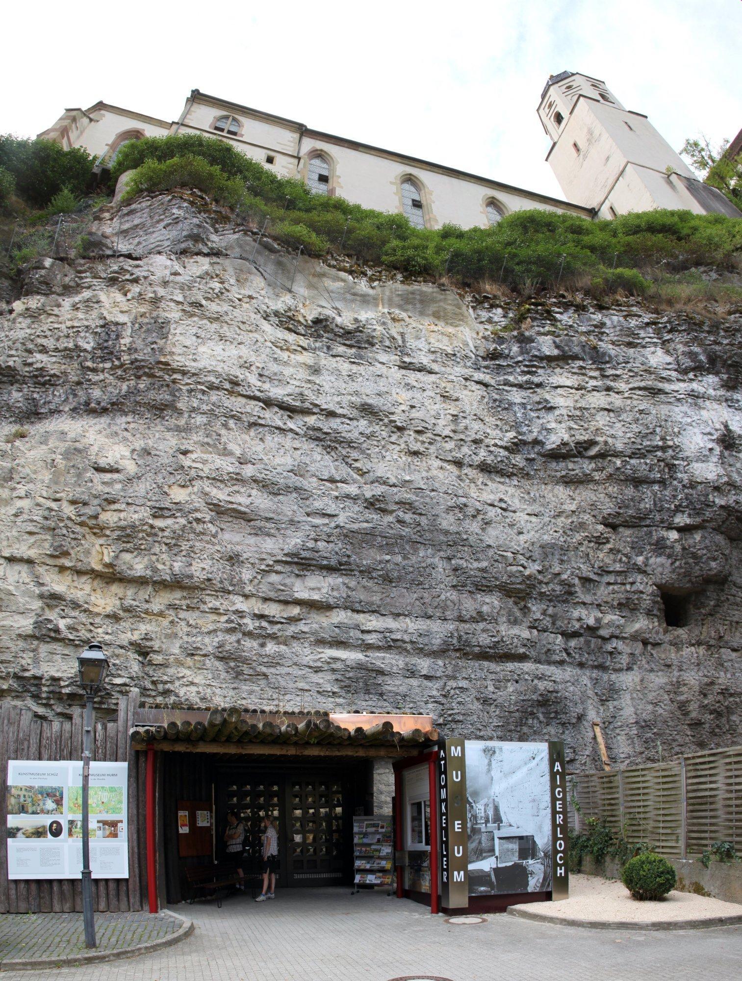 [Link auf https://commons.wikimedia.org/wiki/File:Haigerloch_Schlossfelsen_Schlosskirche_Atomkeller-Museum_2013-08-18.jpg]
