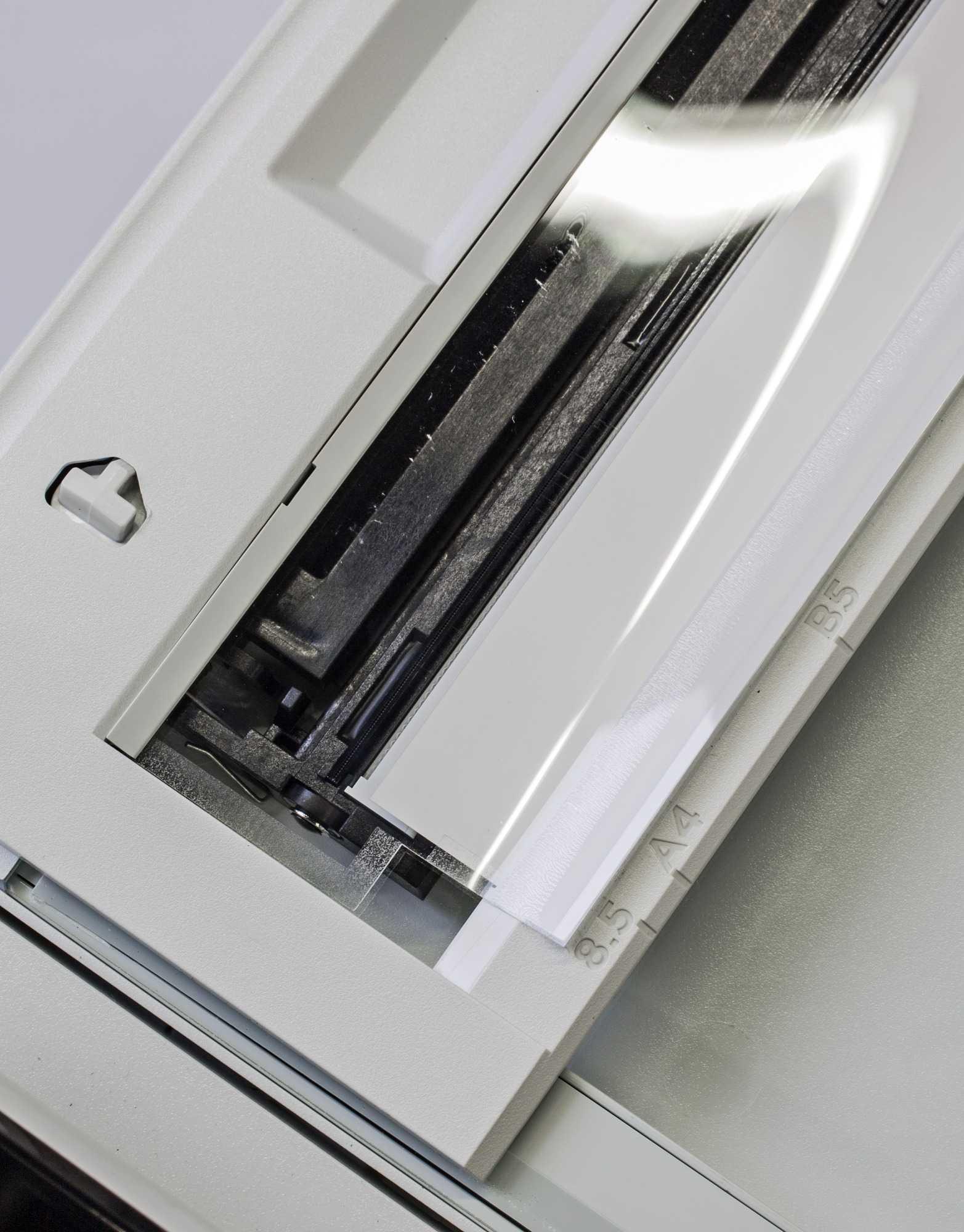 Die Folie auf der ADF-Scan-Zeile des HP Color LaserJet Pro M277 dient der Papierführung und darf keinesfalls entfernt werden.
