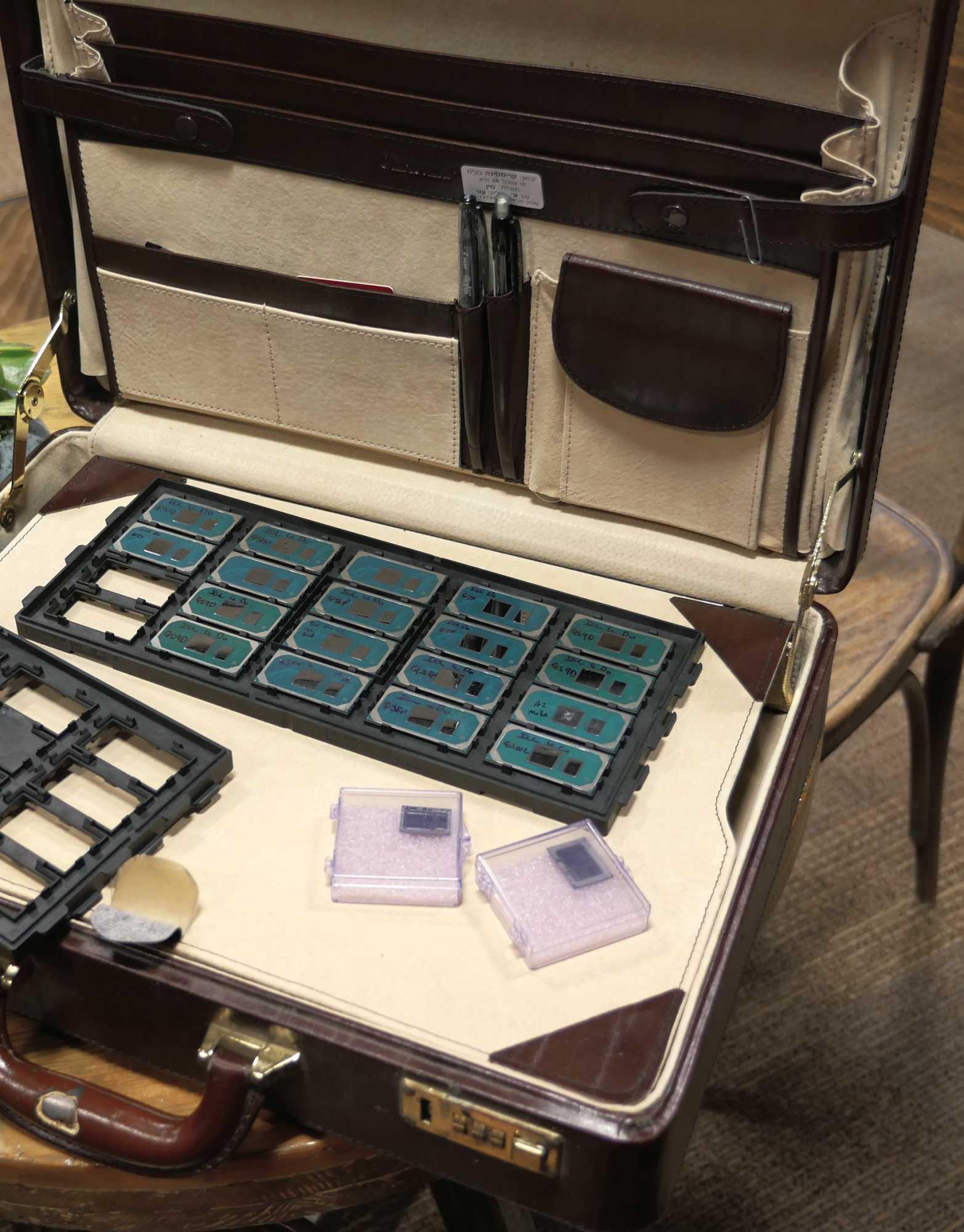 """Mobilprozessoren im Aktenkoffer: Vom israelischen CPU-Entwicklerteam stammen die """"Sunny Cove""""-Prozessorkerne für Ice Lake. Vorne im Bild die besonders winzigen Versionen für flache Notebooks."""