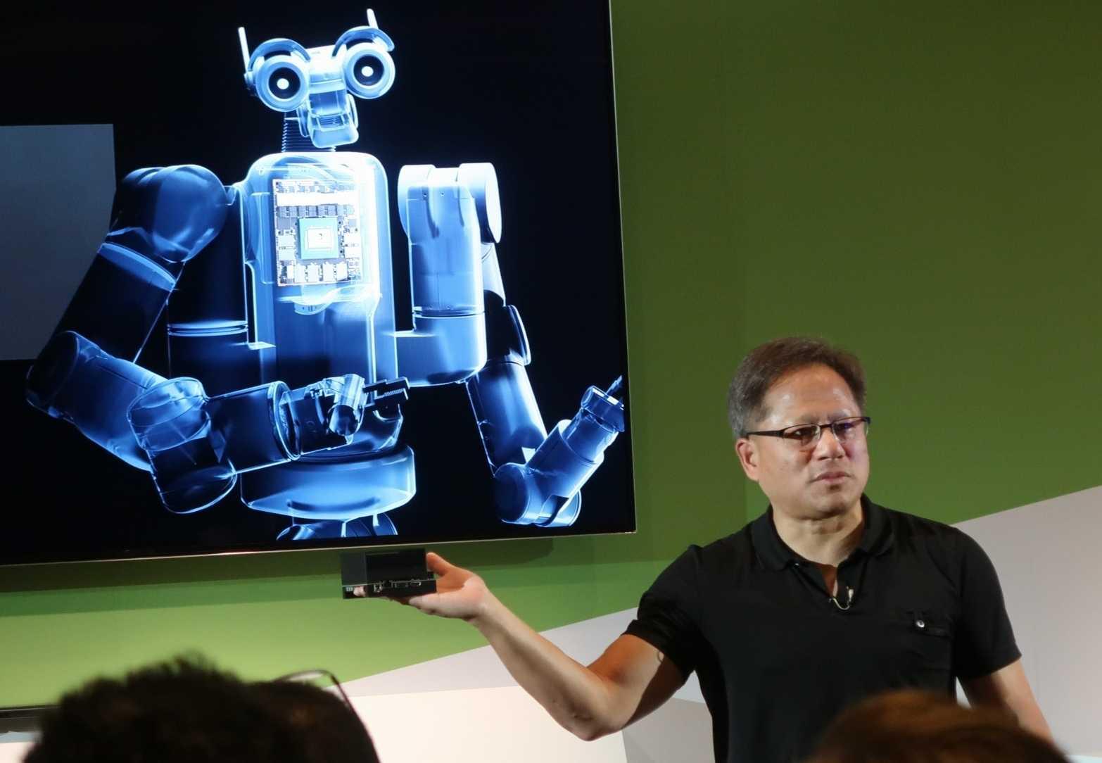 Gewohntes Bild: Der Nvidia-Chef (rechts) hält ein noch nicht verfügbares Produkt in die Kameras - hier Jetson Xavier DevKit.