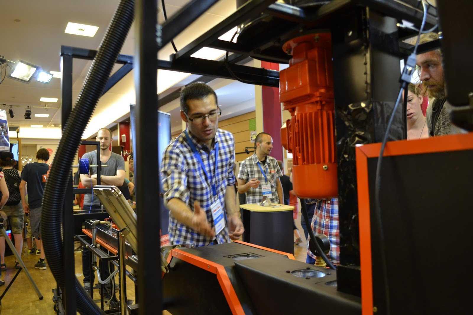 Ein Hauch von Industrieatmosphäre bei der Maker Faire Hannover 2015: Die Filament-Produktionsanlage füllte den Stand von dddmaterial komplett aus.